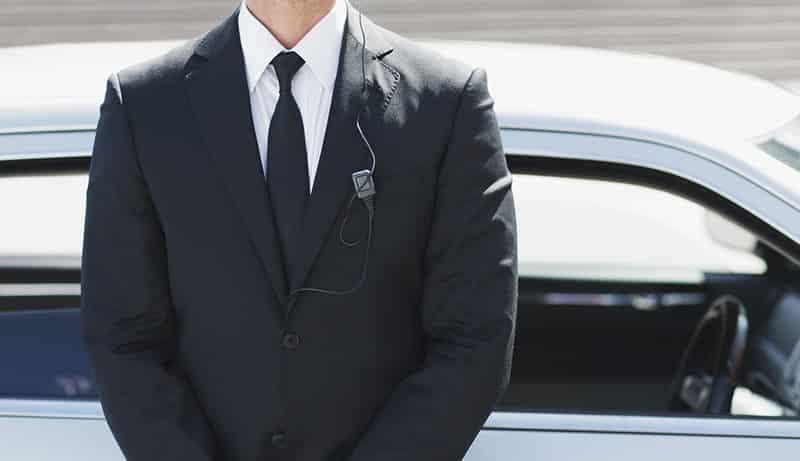 Chauffeur de taxi sécurité avec chauffeur formé à la protection rapprochée